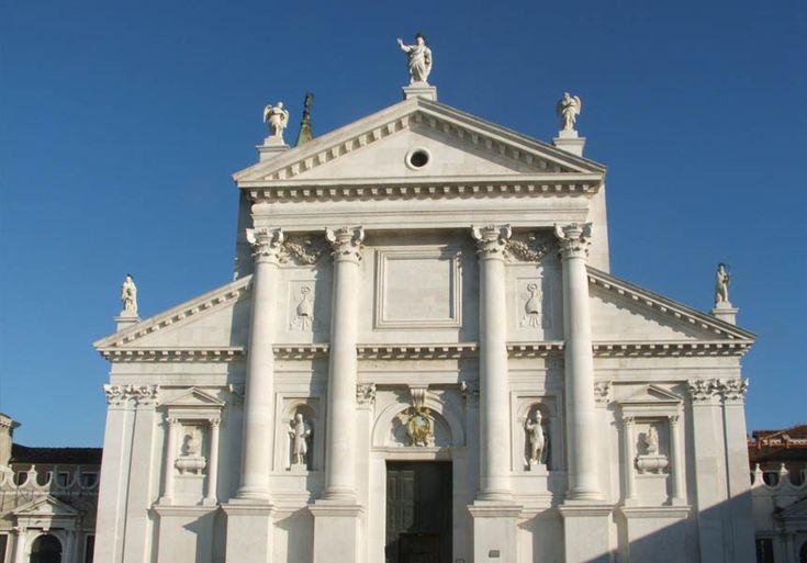 San Giorgio Maggiore, Venetië. Foto: Danny Haines, 2009. Architect: Andrea Palladio. Hoog gebouw. Geen echte pilaren, maar de klassieke bouwkunst laten zien. Hoge en smalle ingang naar binnen.