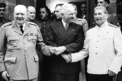 Im Potsdamer Schloss Cecilienhof fand vom 17. Juli bis zum 2. August 1945 die Potsdamer Konferenz statt. Auf höchster Ebene verhandelten hier die drei Hauptalliierten des Zweiten Weltkriegs über das weitere Vorgehen Deutschlands und Europa verhandelt. Der britische Premierminister Winston Churchill, der amerikanischen Präsidenten Harry S. Truman und der sowjetischen Regierungschef Josef Stalin (v.l.). Quelle: dpa