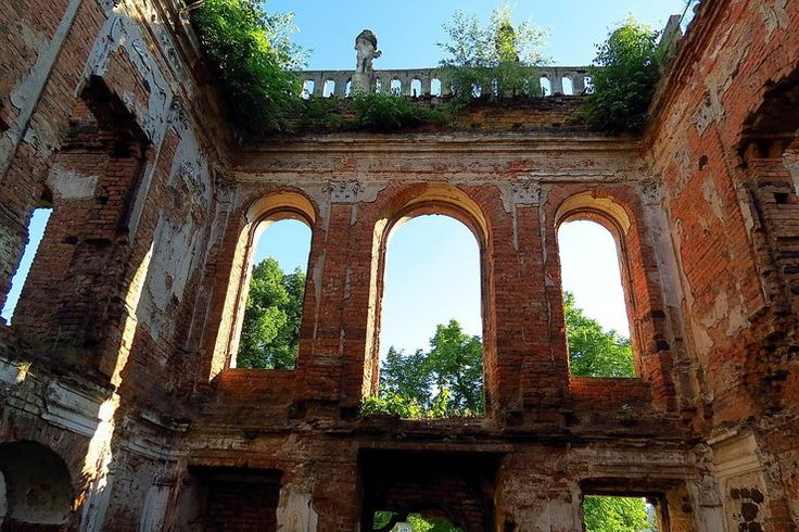 Goszcz (powiat Oleśnica) Pomimo tragicznego stanu ruin oszpeconych betonowym płotem zespół pałacowy nadal zachwyca. Jednak 68 lat to w gminie Twardogóra wciąż za mało, by zabytek odgruzować i zabezpieczyć.