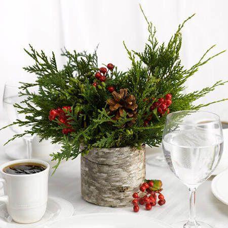 Arreglo floral a base de ramas de ciprés o pino, bayas rojas y piñas #DecorarConFlores #DecorarConPlantas