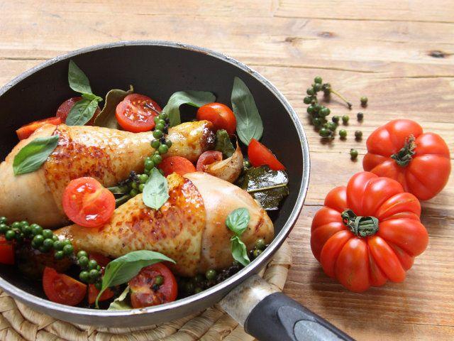 COSCE DI POLLO AL PEPE VERDE 1/5 - Oggi vi presentiamo una ricetta facile che vi conquisterà con il suo sapore deciso: le nostre cosce di pollo, vere e proprie regine dei secondi piatti, incontrano un condimento diverso e più che mai sfizioso. Non si può resistere al gusto inconfondibile di queste cosce di pollo al pepe verde!