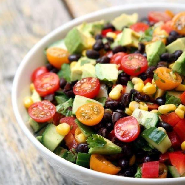 Βαριέσαι να μαγειρέψεις; Φτιάξε αυτή τη σαλάτα και θα χορτάσεις με λίγες θερμίδες!