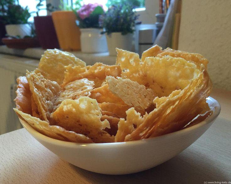 """Käse-Chips - Perfektes Naschzeugs! - https://wp.me/p7yvFd-1K6 Abends vorm Fernseher zu sitzen und nichts zu naschen ist schon irgendwie doof, oder? Bei vielen ist genau das der Grund, warum sie mit einer Diät wieder aufhören. Man muss sich etwas verbieten, man darf nicht mehr naschen ...  Aber was ist eigentlich """"Naschen""""? Muss das immer süß sein und massig Kohlenhydrate haben? Ich sage da ganz klar: Nein!  Wenn ich mal einen Fernsehabend mache - so wie heute - dann…"""