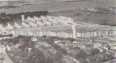 Vemos o conjunto habitacional do IAPI na Penha, essa foto foi extraída do anuário que era editado pelo Ministério das Relações Exteriores, no caso da edição de 1955 . Mas acredito que essa foto seja mais antiga, pois atrás do conjunto ainda não há Avenida Brasil e a antiga faixa litorânea ainda está no seu lugar original. ANOS 40