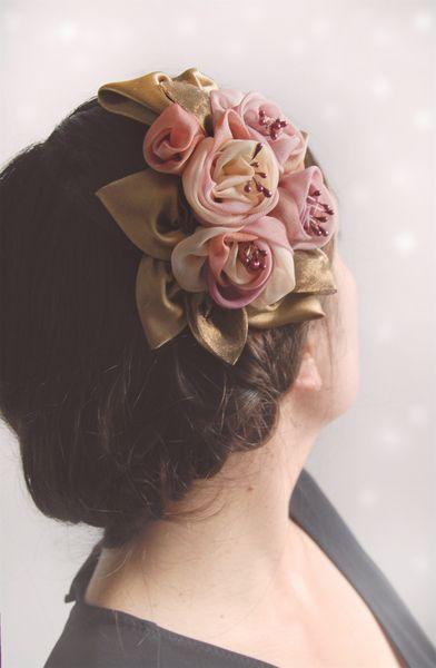 serre-tete bibi de fleurs delicates de tissu organza et satin. dans des harmonies de rose, beige et bronze.  fleurs réalisées entierement a la main...