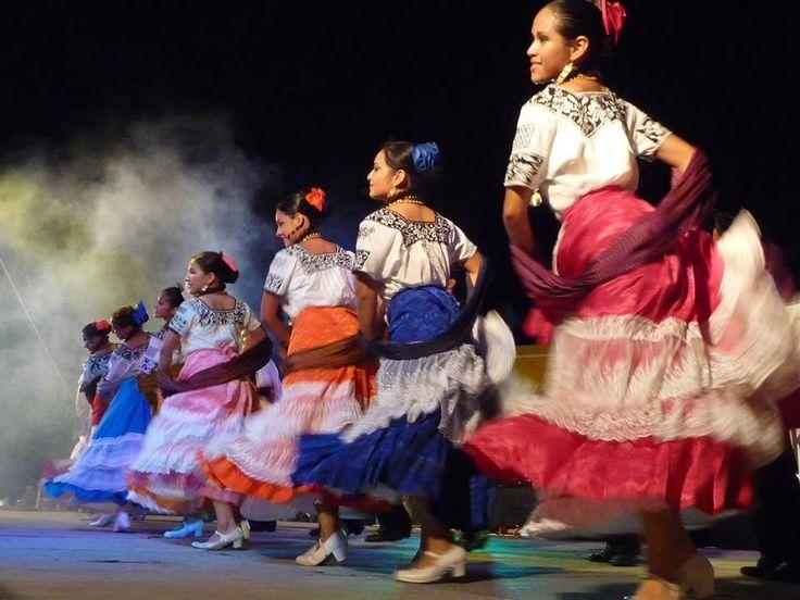 Los campechanos gustan mucho de las notas musicales en todas sus formas, desde las canciones románticas hasta las alegres serenatas, es por ello que suelen darse frecuentes conciertos y festivales de música, así como danzas regionales que poseen la personalidad de esta parte de México.