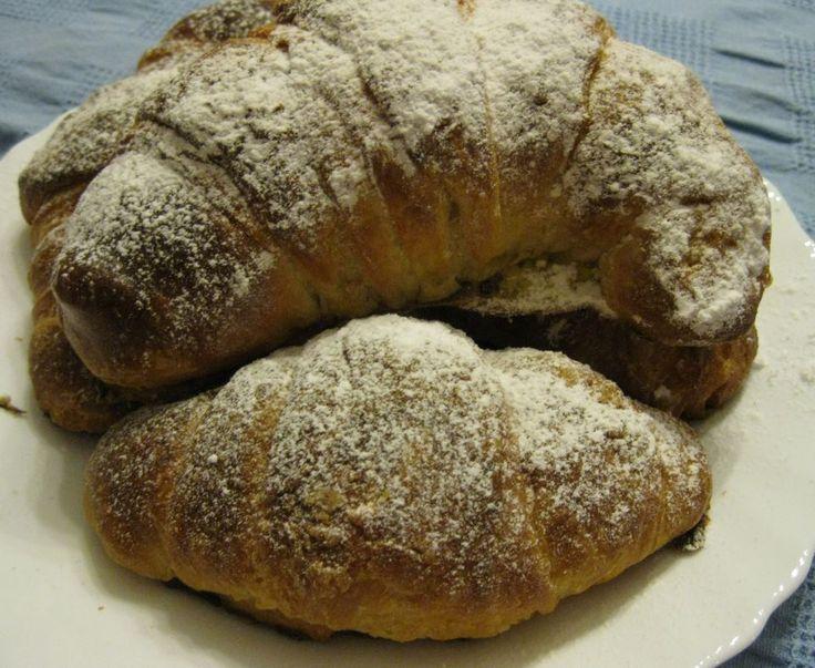 I croissants  #croissant #cornetti  http://blog.giallozafferano.it/lericettedinapoli1/i-croissants-sfogliati-ricetta-di-luca-montersino/
