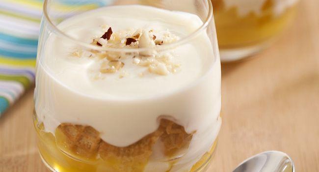 Peras cozidas com especiarias e cobertura de iogurte e castanhas