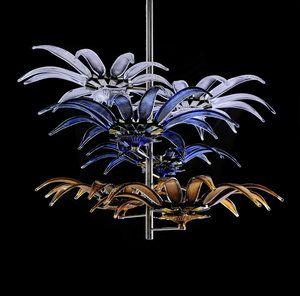 Sirrus är ytterligare en design av Peter Nilsson. Med denna ljuskrona har Peter varit inspirerade ifrån av ormbunkar och solfjäderspalmer som finns i regnskogar och som han sedan inspirerats till sin design i kristall. Namnet Sirrus är ifrån Sirrusmolnen som kan täcka himlen utan att skugga jorden.