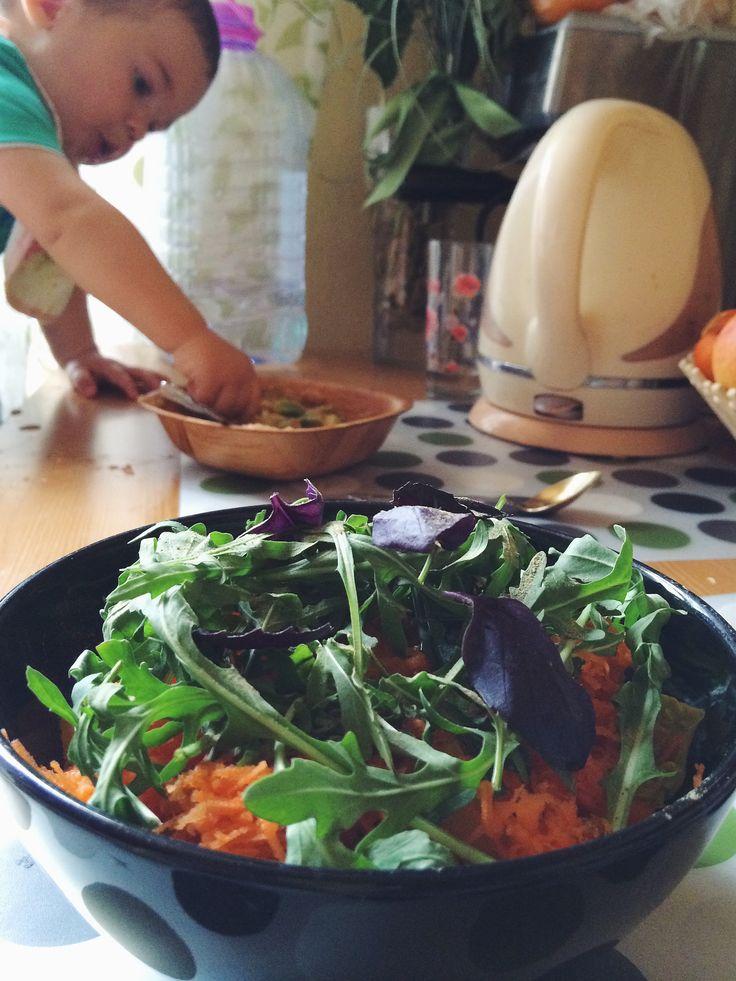Слоеный салат: вниз помидоры черри, затем латук, сладкий перец, тертая морковь (политая рыжиковым маслом), руккола, сверху базилик и водорослевая соль. Есть, накалывая на вилка содержимое до самого дна. Получаются сыроедные сендвичи.)