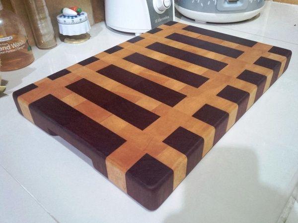 Telenan/Cutting Board End Grain Kayu ini mempunyai Spesifikasi : - Komposisi Kayu : Medang dan Jelutong - Model : Motif Bergaris Pagar - Ukuran : P 39cm x L 27cm x T 3,5 cm - Finishing : Lapisan beeswax dan Mineral Oil Food Grade - Pembuatan : Handmade  Keunggulan : - Bentuk dan paduan warna solid kayu membuat elegan sebagai penghias dapur. - Lapisan finishing berfungsi menutup pori-pori kayu mengurangi penyerapan air. - End Grain menambah kekuatan telenan terhadap goresan pisau. - Dengan…
