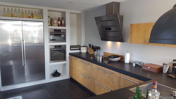 Prachtige houten keuken met massief werkblad en grote Amerikaanse koelkast. Geplaatst door onze deelnemer Image Keukens.