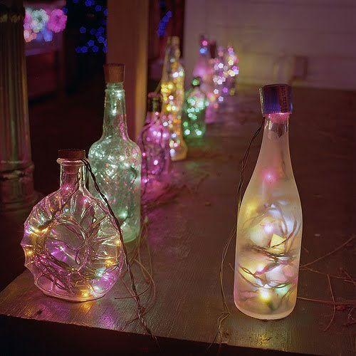 Você coleciona garrafas charmosas? Ótimo! Esse é o momento certo para expôr a sua coleção. E jogar luzes sobre ela. Sugestão do blog A Casa que Minha Vó Queria.