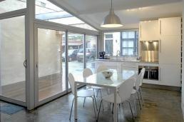 Flotte kontraster mellom hvitt interiør og gulvet i betong.