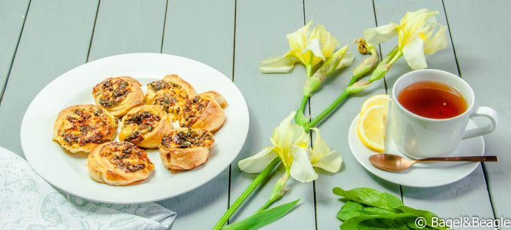 Пирожки из слоеного теста со шпинатом, сыром и вялеными помидорами