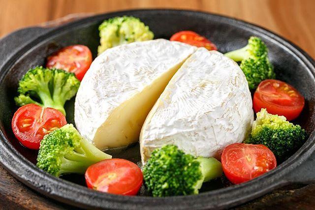 お肉だけでなく人気のチーズ商品のご紹介♪♪ ☆★カマンベールの鉄板焼き★☆ カマンベール丸々1つを鉄板ごと熱々にしてチーズフォンデュ風にお召し上がり頂きます♪ バケットと絡めてお召し上がり頂くのがオススメです♪♪ #池袋#池袋グルメ#池袋ランチ#バル#肉バル#ジビエ#ジビエ料理#肉#チーズ#カマンベール#チーズフォンデュ#アンタガタドコサ#池袋西口#居酒屋