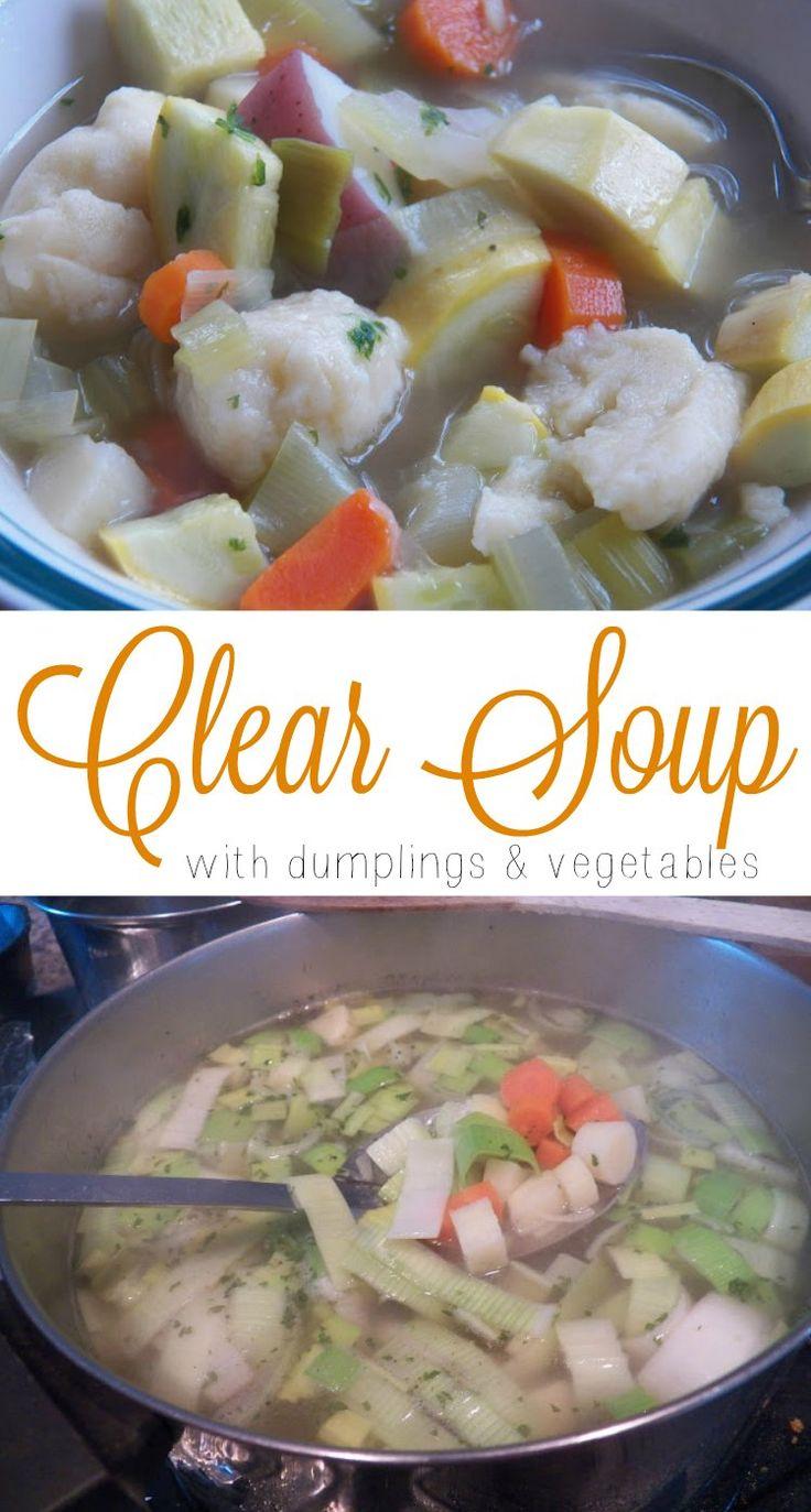Klassisk klar suppe med melboller og grøntsager (Clear soup with dumplings and vegetables)