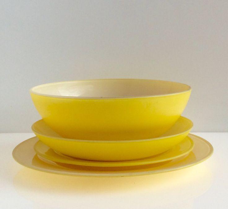 Piatto piano,piatto frutta, fondo, insalatiera in pirex giallo con interno bianco. Piano (disponibili 6). Diametro cm.26. Frutta (disponibili 6). Diametro cm.20,5. Fondo (disponibili 12). Diametro cm.21xh.4. Insalatiera (disponibili 3). Diametro cm.20xh.8.