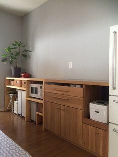 キッチンの収納は高さを出さず、作業台となる様にしました☺︎ 手前のキャビネットは購入し、その高さに合わせて奥のキャビネットは自分で設計して大工さんに作っていただきました。 無印の電子レンジは棚に入れ込むことで生活感を抑えてあります。 引き出しも無印のバスケットが入る高さにしました☆ 引き出し下のスペースには、無印のダストボックスにキャスターをつけ引き出せるようにしてあります。 生ゴミや、シンク周りから出るゴミも、ゴミ箱を寄せてくれば水も床にたれずすぐに片付けられるので重宝しています。 ゴミ箱ですがぴったり収まるのでスッキリ♡ 椅子を出して机がわりにもなるので、ミシンや家計簿などの作業ができます☺︎ レンジ下には子供が使う踏み台と、無印のキャスター付きゴミ箱にはビニール袋のストックを入れてあります。 右端の冷蔵庫は8年使っているお気に入りの無印冷蔵庫です♡ キッチンの壁は一面だけ薄いブルーグレーにしてあります。