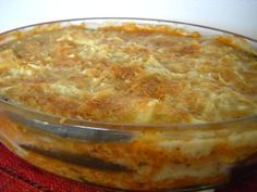 Moussaka végétarienne /// 600g d'aubergines 50g de protéines de soja texturées 2 CS de tamari 10 cl de vin blanc 1 gros oignon 2 gousses d'ail 20cl de coulis de tomate 1 CS d'herbes de Provence 1 CS de boulgour ou de semoule pour couscous 25 g de beurre 30 cl de lait (de soja) 1 CS bombée de farine (bise) 1 CC de bouillon de légumes en poudre 40g d'emmenthal râpé 3 CS de levure de bière maltée (facultatif) huile d'olive sel, poivre