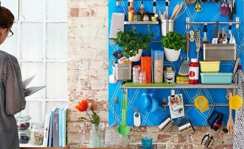 The latest trend in interior design and space organizing are metal railings and baskets. It may seem like a rather sloppy way to store things, and one that is sure to throw any room into a state of di…