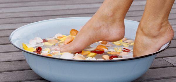 Todo mundo está sujeito a ter um pouco de chulé de vez em quando, seja por causa do calor excessivo, muitas horas de sapato fechado, ou meias e calçados sintéticos, que aumentam a possibilidade do desconforto. Vamos ampliar nosso leque de soluções para combater o chulé com uma alternativa natural. Vamos lá! Causas do chulé …