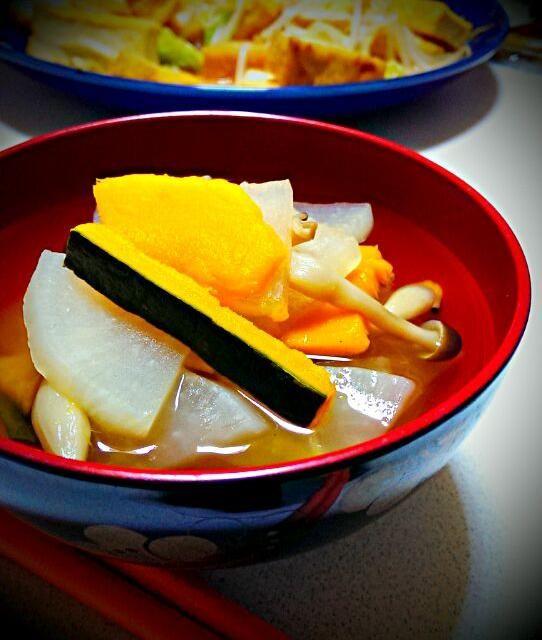残り野菜を使いだしの素とコンソメ、醤油、塩、ブラックペッパーを加えました  味噌汁にしようとおもってだしの素を入れたあとにスープにしちゃったおもいつきレシピσ( ̄∇ ̄;) - 5件のもぐもぐ - 南瓜と大根としめじの和風コンソメスープ by megulove