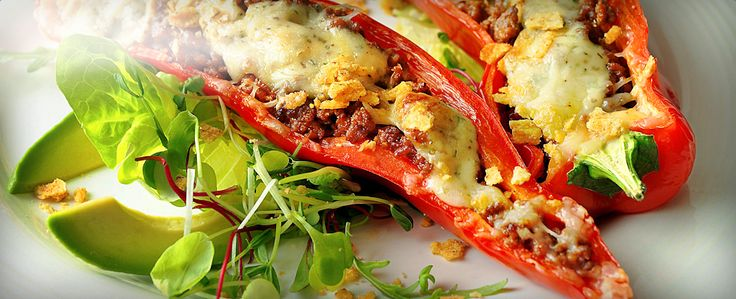 Et godt måltid med pikant fyll og sprø topping. Server de gratinerte paprikaene varme sammen med en frisk salat og en smakfull salsa.