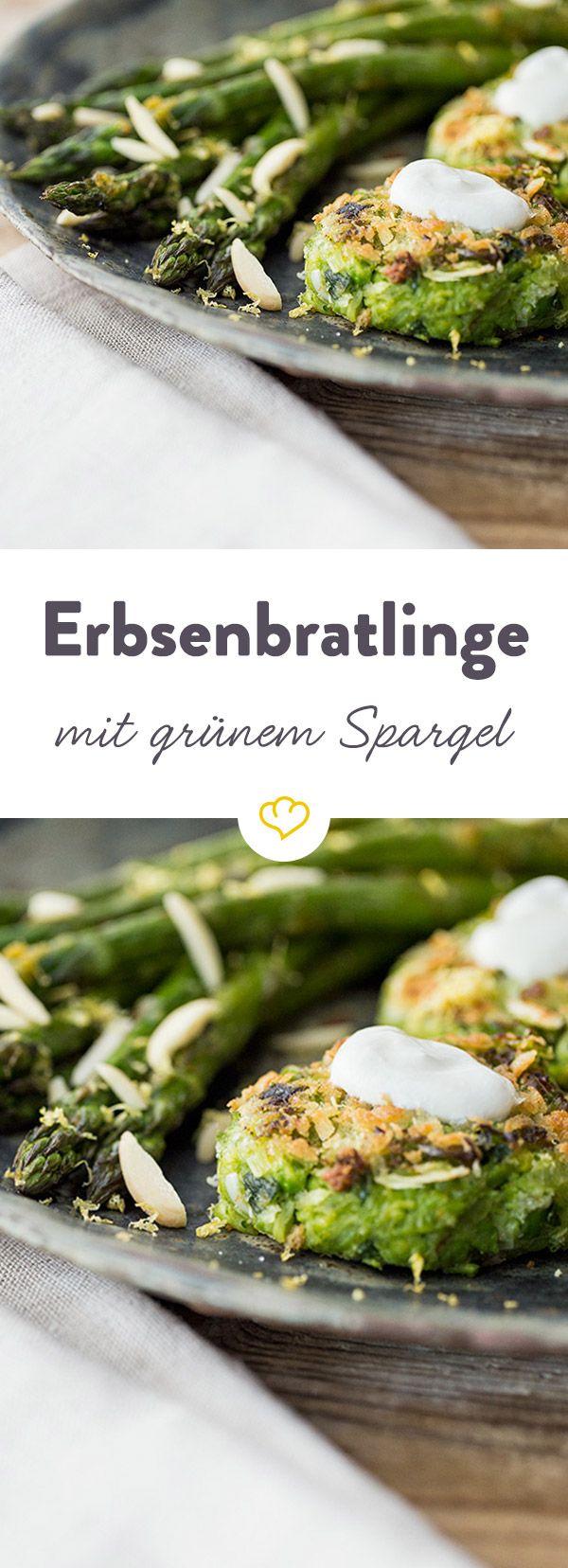Ein leichtes Essen, das Frühlingsgefühle weckt. Die Bratlinge aus Erbsen und Lauch harmonieren wunderbar mit dem knackigen Zitronen-Spargel.