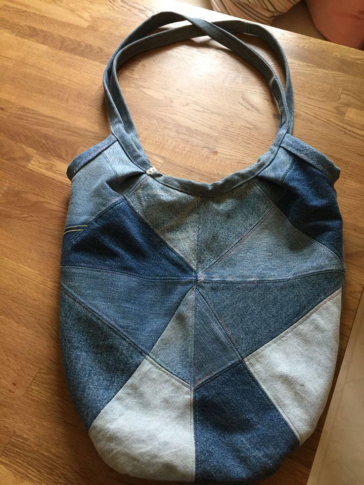 Av gamla jeans kan man göra mycket - som här en liten väska (egen design).