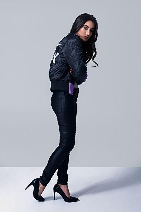 Bomber Salt, Elly pistol, bomberjacket, bomber jacka, lila, purple, satin, girl, lady, model, brunette, brown hair, curls, pumps, shoes, black pants, studio photography, skintone, tone, badass bomber jacket, jacket, bomber jacket with text, baby