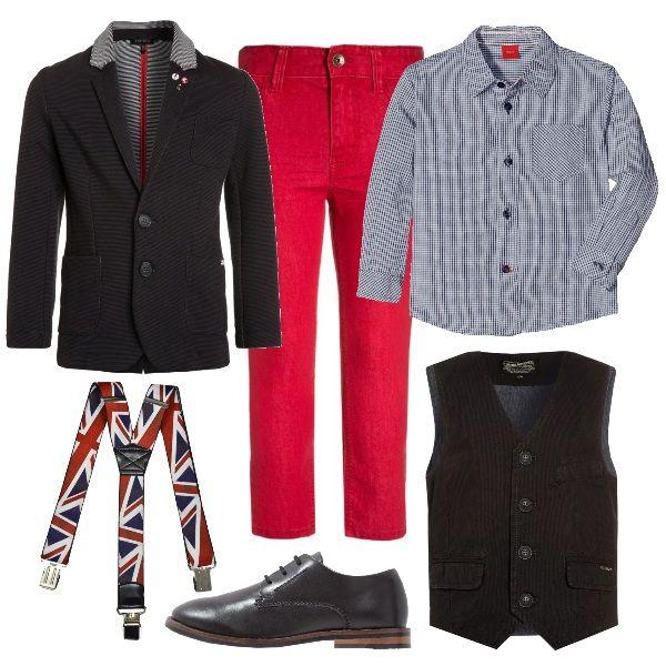 Questo outfit replica quello degli adulti, colorato e divertente: camicia a quadretti blu, jeans rossi, giacca sportiva, gilet a costine, bretelle stampa inglese e stringate nere.
