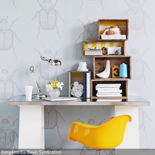 holzkisten mit deko papier bekleben und bereinander stapeln versch nert den schreibtisch und. Black Bedroom Furniture Sets. Home Design Ideas
