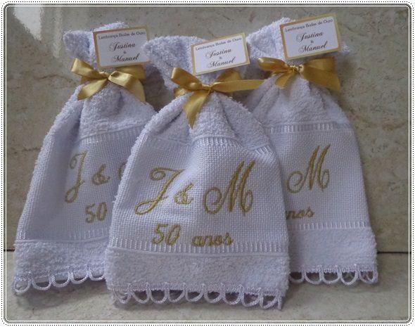 Lembrança toalha bordada para bodas de ouro acabamento com laço de cetim e renda acompanhada com tag de agradecimento