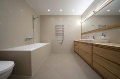 Modern wood bathroom./Moderná drevená kúpeľňa.