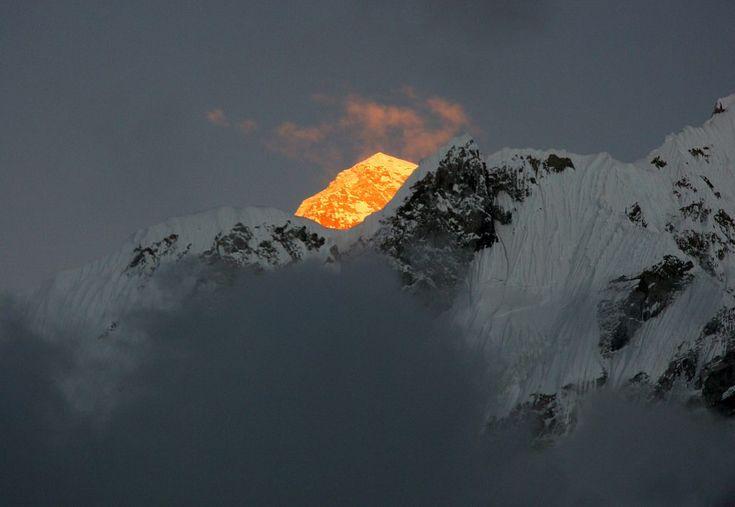 Mount Everest w blasku słońca (fot. Dylan Toh)