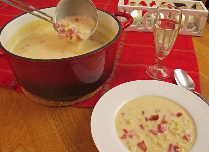 Ostesuppe er den perfekte hverdagssuppen. Den er rask og ukomplisert å lage. Her middag ferdig på 30 minutter. Nydelig på en kald høst eller vinterdag.