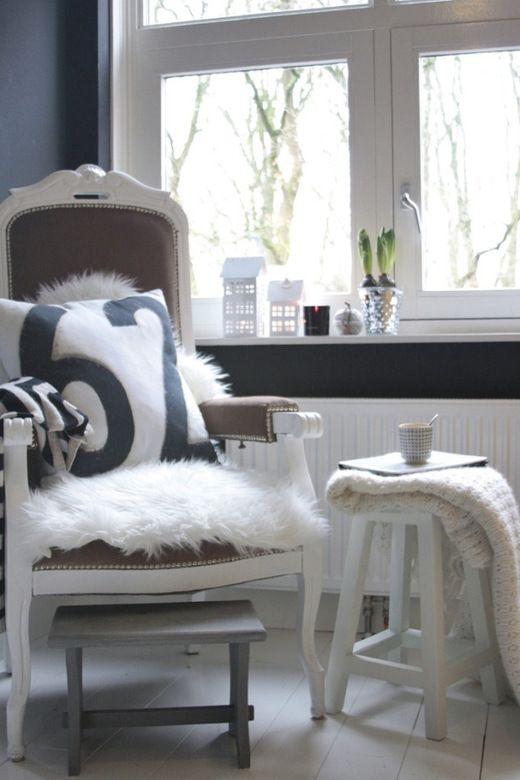 Een oude stoel die al veel kleuren heeft gehad, deze staat op dit moment in de slaapkamer.