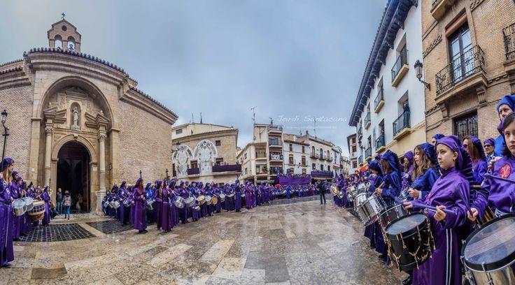 Espectacular imagen de la plaza de España en la procesión de El Pregón. Semana Santa de Calanda 2016 - Jordi Santacana Fotografía