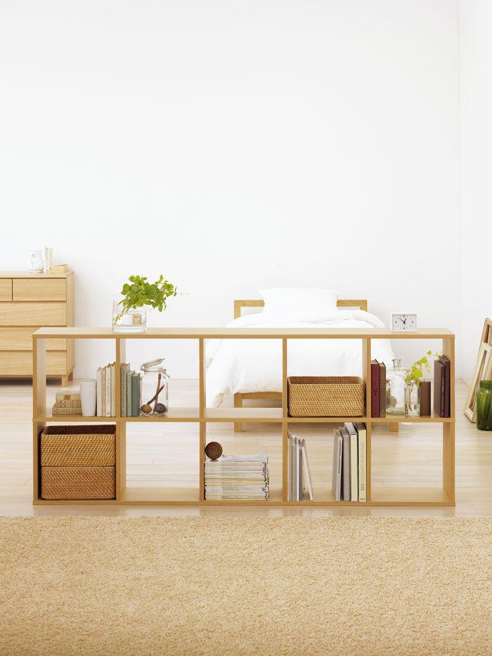 低くしまう・間仕切りにする - Stacking Shelf | Compact Life | 無印良品 スタッキングシェルフの魅力は拡張性の高さ。 組み合わせによって収納空間の可能性は一気に広がります。 設置場所や使用目的に合わせたかたちをご紹介します。 間仕切りにする 背板がないので、間仕切りとしても使いやすいスタッキングシェルフ。低めの棚で、広い空間をゆるやかに仕切ることができます。 もっと見る