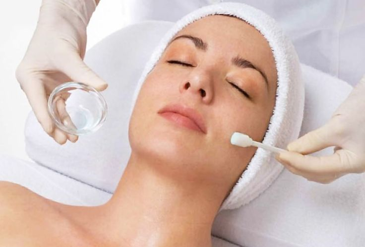MITOS DE LOS PEELINGSLa aplicación de químicos en la piel por los dermatólogos para producir en la piel algun cambio, se hace desde muchos años.La médicina cambia todos los días y algunas ideas que se pensaban, actualmente son cosas del pasado.Mitos:1. LOS PEELINGS NO SE PUEDEN HACER EN LOS NIÑOS Y ADOLECENTES. A cualquer edad nuestra piel se puede enfermar. Así que los peelings se pueden aplicar en niños. En adolecentes es más frecuene que se les realize peeling para acné. En los jovenes…
