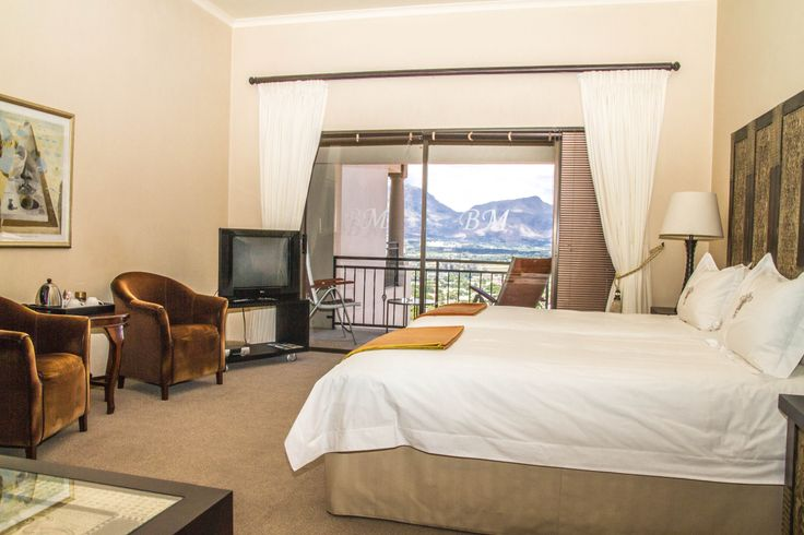 Non-intrusive privacy, memorable accommodation and the aforementioned views mean that this Paarl property is an ideal opportunity to make an investment in Paarl.