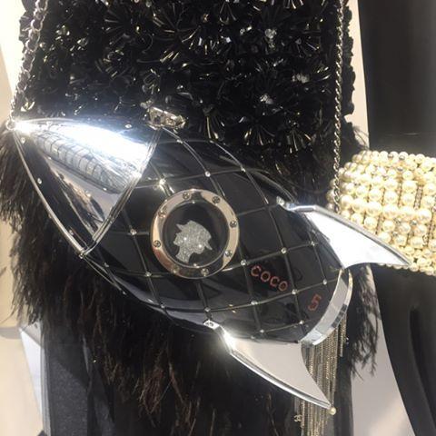 Bonjour direto do resee da @chanelofficial em Paris. Nas fotos acima confira de perto os detalhes da coleção espacial (como a estampa de astronautas; as bolsas Saturno arredondadas com anel em volta; constelações que viram estampas; as botas lunares com glitter e broches-cometas) desfilada no início do mês e um pouco da coleção comercial com shapes e cores 70's - repare no sweat Gabrielle o tema da maison este ano que com as t-shirts igualmente escritas devem virar hit (via…