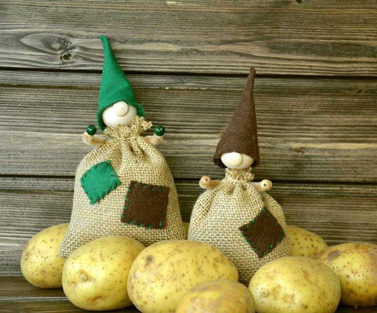 """Kartoffelsack-Wichtel (Idee mit Anleitung – Klick auf """"Besuchen""""!) - Alle lieben Wichtel! Der süße Kartoffelsack-Wichtel mit der Knollennase ist eine bezaubernde Bastelidee für den Herbst."""