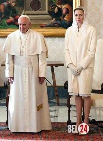 Князь Альбер II и княгиня Шарлин встретились с Папой Римским. Принцессе была оказана честь появиться перед понтификом в белом платьеПапа Римский Франциск и принцесса ШарлинШарлин, принцесса Монако, в ходе визита в Ватикан продемонстрировала свое особое положен