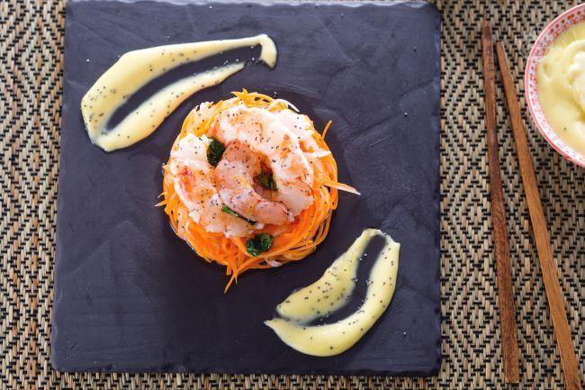 L'insalata di daikon e gamberi è un antipasto estivo, realizzato con una julienne di carote e daikon, il tutto insaporito da una maionese al wasabi.