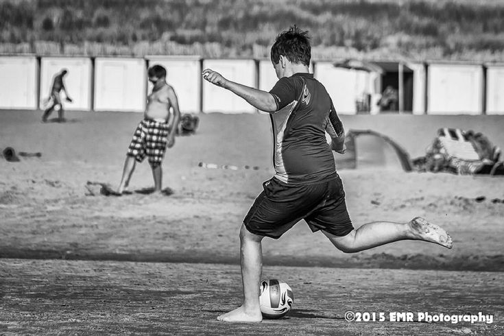 Jongen met de bal en schiet... by EMR Photography
