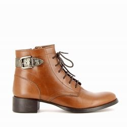 ABY : Le charme de cette paire de boots à lacets, la bride en cuir texturé et brillant. Tout à été pensé pour votre confort et votre maintien : son petit talon large, sa semelle élastomère et ses lacets. #boots #bottines #talons #heels #cuir #fashion #fashionista #shoes #shoeslover #shoesaddict #murattiparis #murattifashion #newcollection #ah2016 http://www.muratti-paris.com