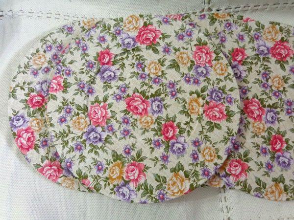 Lindo sousplat em madeira MDF revestido com tecido. http://www.elo7.com.br/sousplat-jardim-florido/dp/4C8356