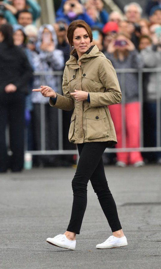 To go sailing in Victoria Harbour on the last day of the Canada tour, Kate opted for her fave skinny jeans, white tennis shoes and a parka from Troy London.
